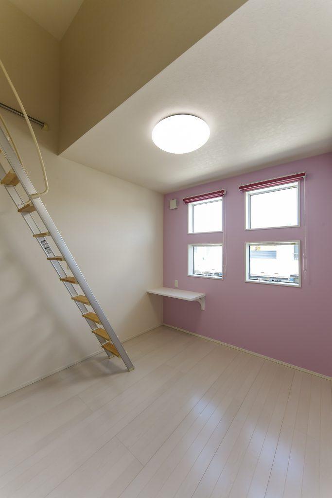 開放的な吹抜けのあるリビングやロフト付の洋室がある6LDKのブラック&ホワイトの外壁を採用したスタイリッシュモダンの家の写真4