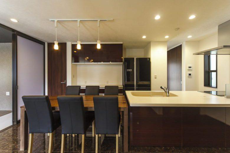 開放的な吹抜けのあるリビングやロフト付の洋室がある6LDKのブラック&ホワイトの外壁を採用したスタイリッシュモダンの家の写真3