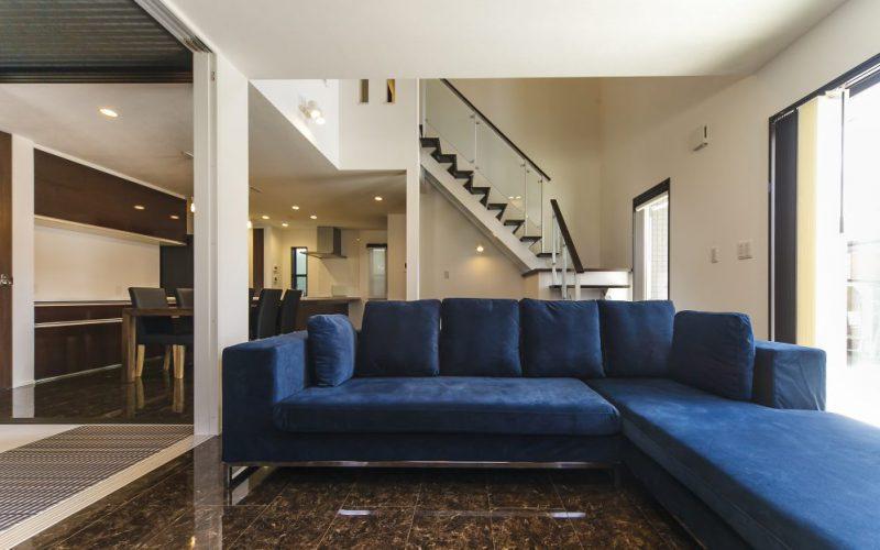開放的な吹抜けのあるリビングやロフト付の洋室がある6LDKのブラック&ホワイトの外壁を採用したスタイリッシュモダンの家の写真1