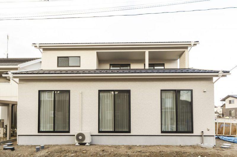 瓦屋根の和風テイストで落ち着いた外観の家の写真1