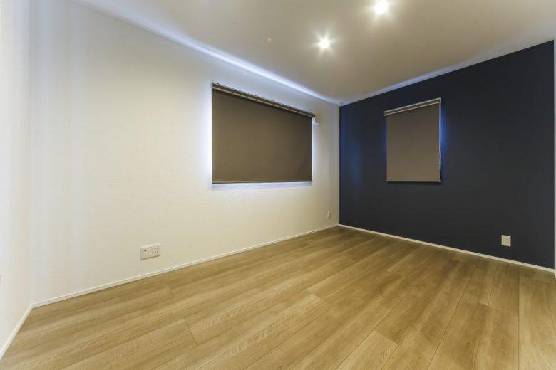 鮮やかなブルーの外観がひと際目を惹くダイナミックな家の写真2