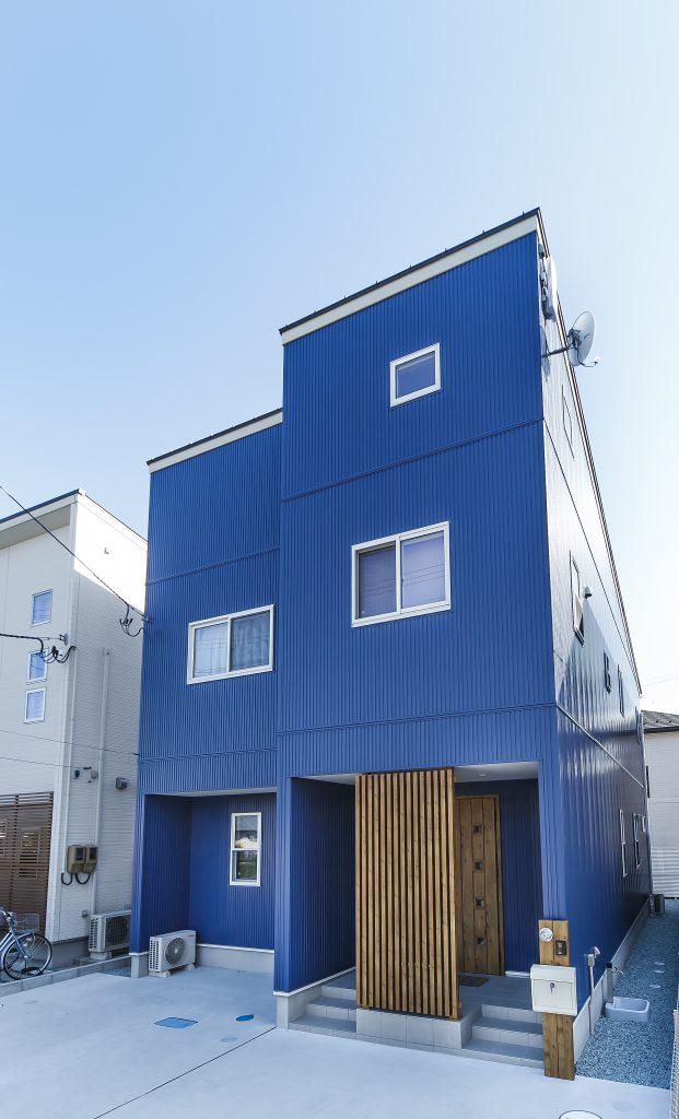 鮮やかなブルーの外観がひと際目を惹くダイナミックな家の写真4