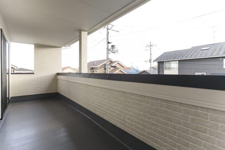 瓦屋根の和風テイストで落ち着いた外観の家の写真4