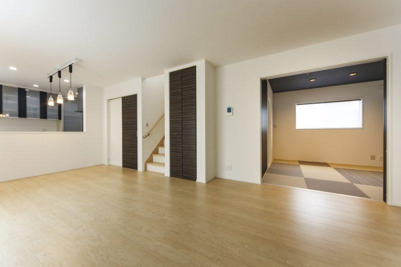 収納豊富な間取りで落着いた雰囲気の色調の洋風住宅の写真1