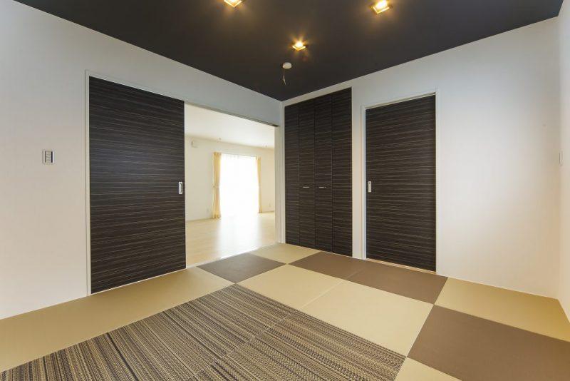 収納豊富な間取りで落着いた雰囲気の色調の洋風住宅の写真3