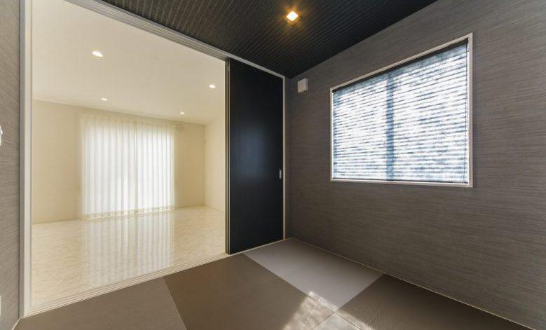 重厚感と落ち着きのあるモダンの家 美しい鏡面調仕上げの床の写真4