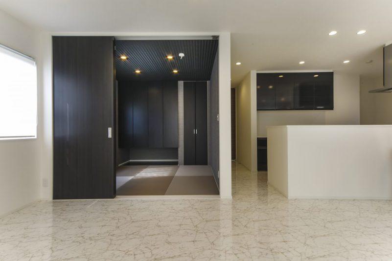 重厚感と落ち着きのあるモダンの家 美しい鏡面調仕上げの床の写真3