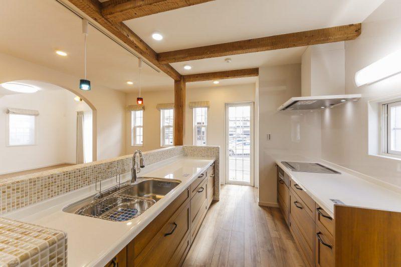 車イス使用の家族の快適な生活のために工夫・配慮したバリアフリー住宅 古木柱が印象的なキッチンの写真3