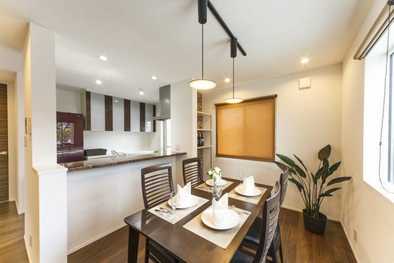 白とブラウンの外壁が印象的なモダン住宅 プライベート空間を配慮の写真2