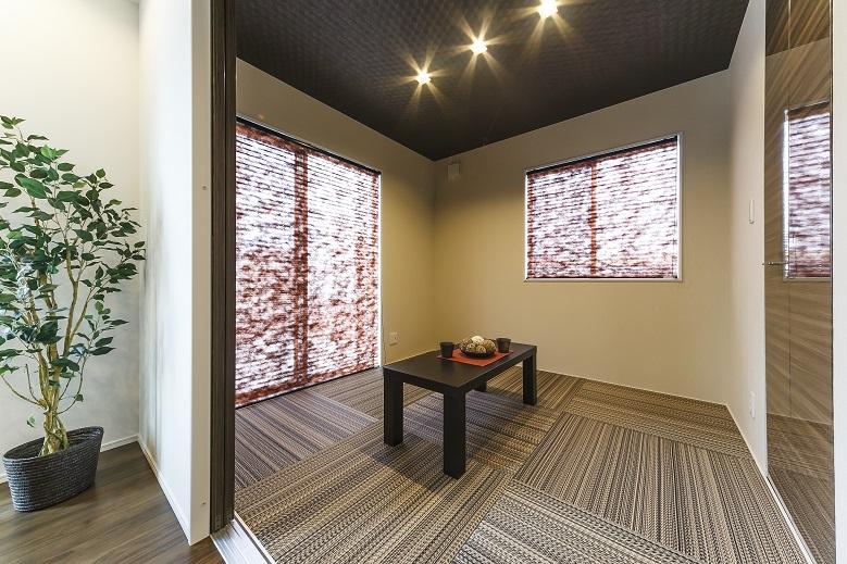 白とブラウンの外壁が印象的なモダン住宅 プライベート空間を配慮の写真4