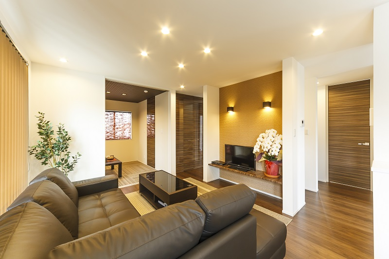 白とブラウンの外壁が印象的なモダン住宅 プライベート空間を配慮の写真3
