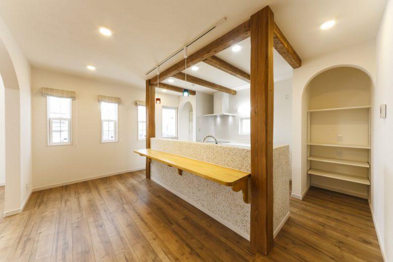 車イス使用の家族の快適な生活のために工夫・配慮したバリアフリー住宅 古木柱が印象的なキッチンの写真4