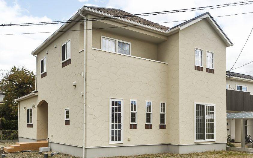 車イス使用の家族の快適な生活のために工夫・配慮したバリアフリー住宅 古木柱が印象的なキッチンの写真1