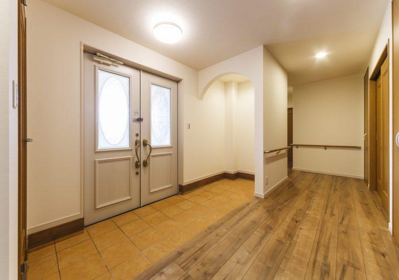 車イス使用の家族の快適な生活のために工夫・配慮したバリアフリー住宅 古木柱が印象的なキッチンの写真2
