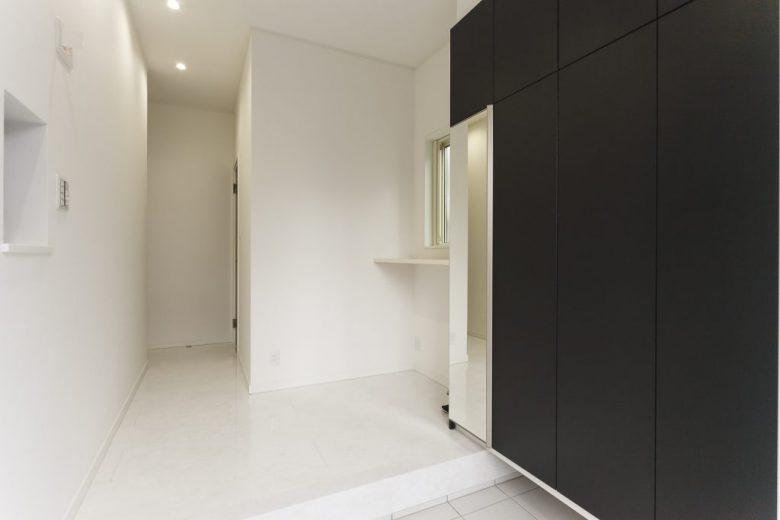 ホワイト&ブラックのモノトーンハウス メリハリのついたモダン住宅の写真2