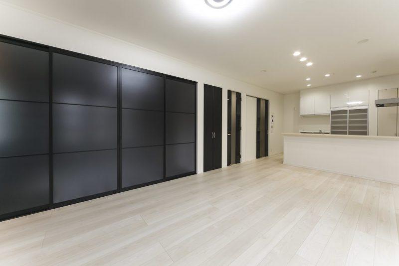 ホワイト&ブラックのモノトーンハウス メリハリのついたモダン住宅の写真3