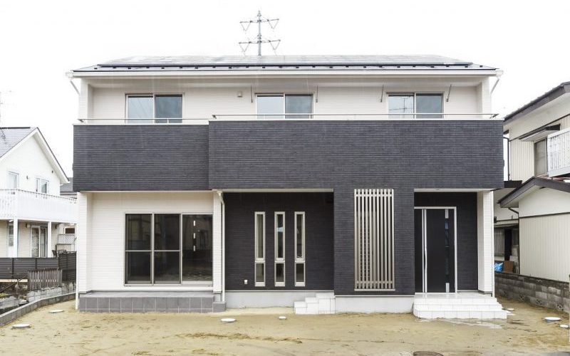 ホワイト&ブラックのモノトーンハウス メリハリのついたモダン住宅の写真1